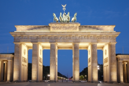 pared iluminada: Brandeburg puerta en la noche, Berl�n, Alemania
