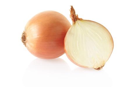cebolla blanca: Las cebollas sobre fondo blanco, trazado de recorte incluidos