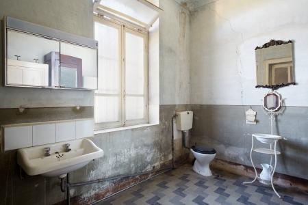 Altes Badezimmer Standard-Bild - 22486020