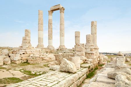templo romano: Ruinas del templo romano en la ciudadela de Ammán, Jordania Foto de archivo