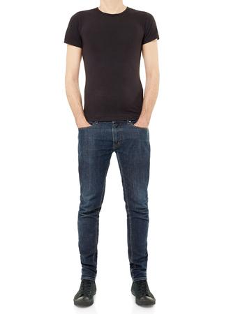 hombre flaco: El hombre vestido de negro de la camiseta aislado en blanco, camino de recortes