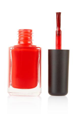 flacon vernis � ongle: Rouge bouteille de vernis � ongles avec une brosse sur blanc, chemin de d�tourage Banque d'images