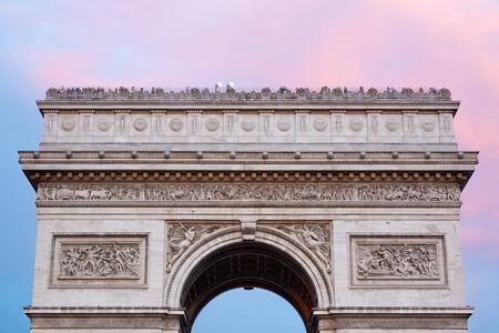 triumphal: Arc de Triomphe in Paris, roof top at dusk