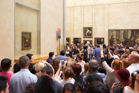 mona lisa: Tourists take photos of Mona Lisa at Louvre in Paris
