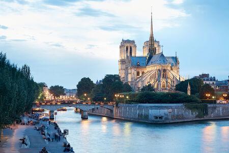 notre dame de paris: Notre Dame de Paris at dusk with people