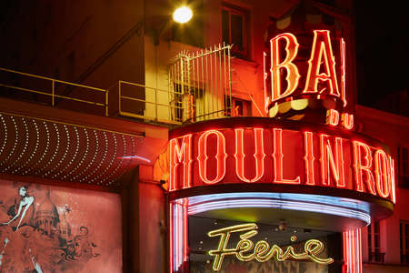 moulin: Moulin Rouge by night in Paris
