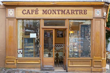 Cafe típica de Montmatre, París, cerca de Sacre Coeur, Francia