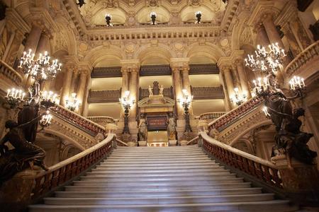 baroque: Escalera Opera Garnier, interior en París, Francia