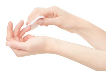A mão da mulher com unhas e removedor de verniz acetona no trajeto de grampeamento branco Imagens