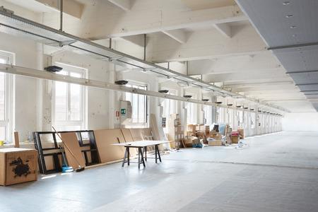 habitacion desordenada: Interior blanco industrial desordenado antes de la preparación durante la semana del diseño de Milán