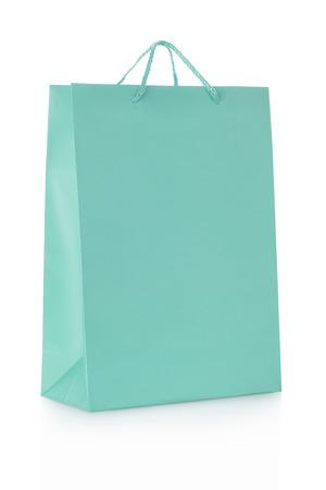 紙の白クリッピング パス上でブルーのショッピング バッグ