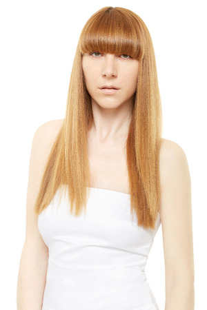 cabello lacio: Pelo rubio. Mujer joven con el pelo largo y lacio con flequillo en blanco con trazado de recorte Foto de archivo