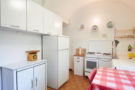 cocina vieja: cocina antigua en el interior de casa normal, sencillo Foto de archivo