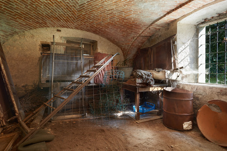 Vecchio, cantina disordinato nell'antica casa Archivio Fotografico - 45375636