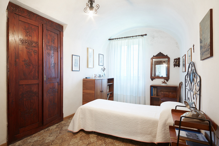 house with style: Old, single bedroom in ancient house interior