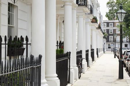 Fachada: Fila de bellas casas de estilo eduardiano blanca en Londres Foto de archivo