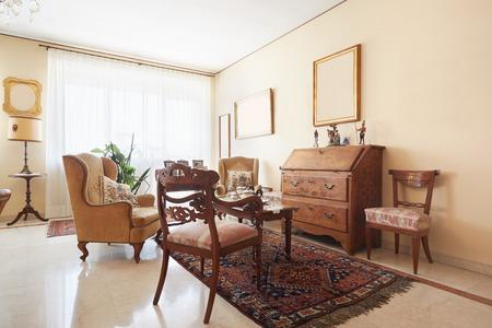 muebles de madera: sala de estar, entre otras clásico con antigüedades Foto de archivo