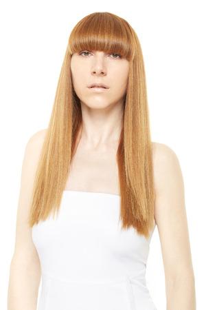 cabello rubio: Mujer joven con el pelo rubio largo, recto en blanco, camino de recortes
