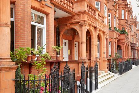 ladrillo: Hilera de casas de ladrillos rojos en Londres, la arquitectura Inglés Foto de archivo