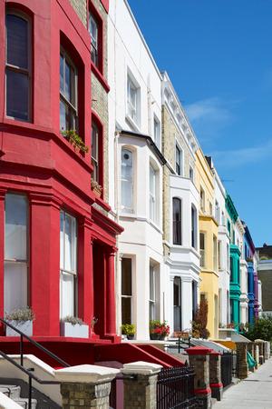 hilera: Coloridas casas inglesas fachadas en Londres cerca de Portobello Road Foto de archivo