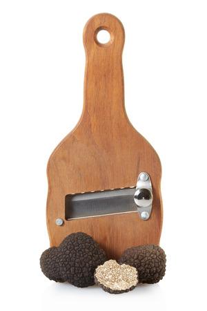 truffe blanche: Truffes noires et bois truffe trancheuse sur blanc, chemin de d�tourage Banque d'images