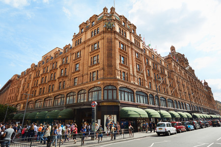 knightsbridge: Harrods department store building, afternoon, people walking in London, UK