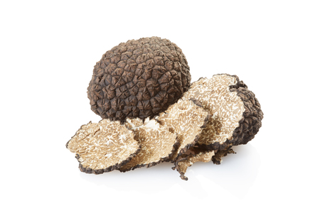 truffe blanche: Black truffle and slices on white, clipping path Banque d'images