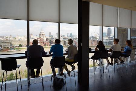 gente sentada: La galería de arte Tate Modern interior del café con la gente y vista a la ciudad de Londres Editorial