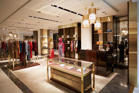 Selfridges department store interior, Gucci shop in London. 에디토리얼