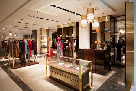 Selfridges department store interior, Gucci shop in London. 新闻类图片