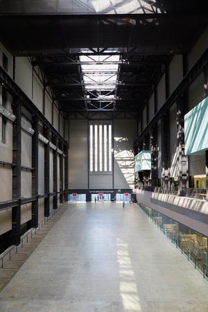 arte moderno: Sala de Turbinas de la Tate Modern Art Gallery de interiores en Londres