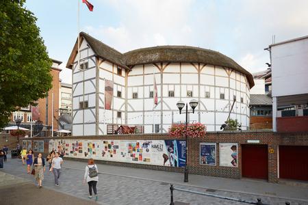 teatro: La gente que pasa cerca de la Globe Theater en Londres Editorial