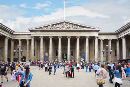 British Museum building with people in London 에디토리얼