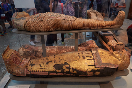 Mummies and sarcophagus in British museum in London 에디토리얼