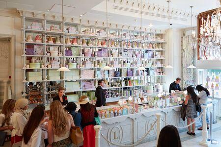 Laduree winkel interieur in warenhuis Harrods in Londen
