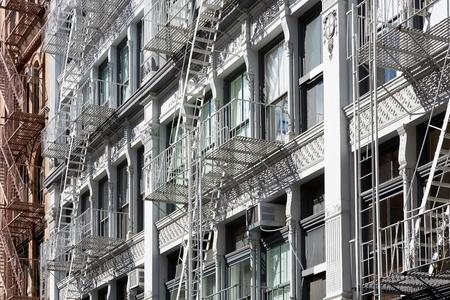 화재 탈출 계단이있는 뉴욕 건물, 소호의 맑은 날