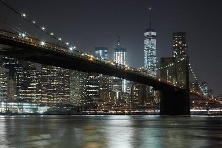 브루클린 다리와 뉴욕시 스카이 라인 밤 조명 스톡 콘텐츠 - 73600583