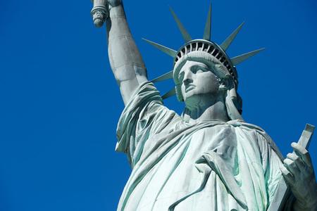 Standbeeld van Vrijheids horizontaal detail in een zonnige dag, blauwe hemel in New York Stockfoto - 82469040
