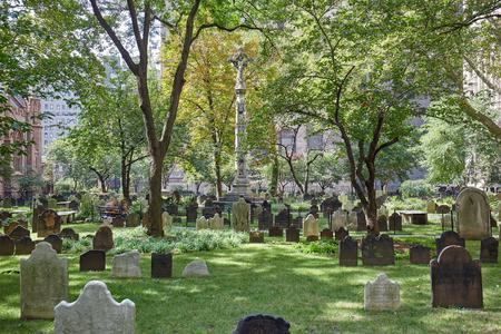 화창한 날 푸른 잔디와 트리니티 교회 묘지. 이것은 맨하튼에서 유일하게 활발한 공동 묘지입니다. 에디토리얼
