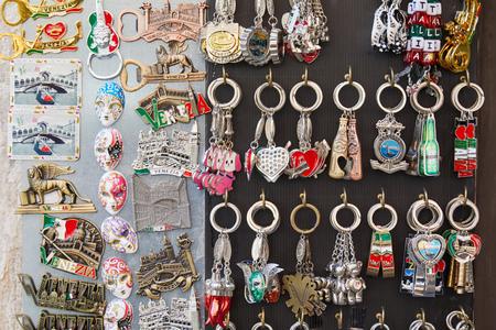 VENISE, ITALIE - 15 AOT 2017 : Arrière-plan de souvenirs d'aimant et de porte-clés dans un magasin de rue à Venise, Italie Éditoriale