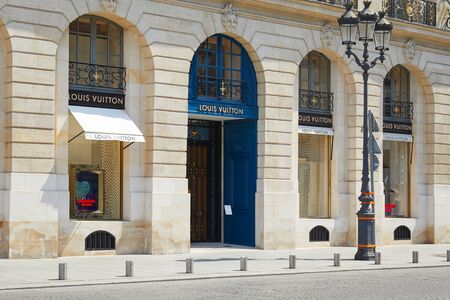 PARIS, FRANCE - JULY 07, 2018: Louis Vuitton store in place Vendome in Paris in a sunny day, nobody Éditoriale