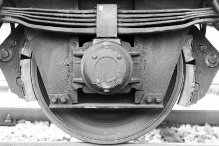 貨物列車鉄道の列車の車輪とブレーキがクローズ アップ