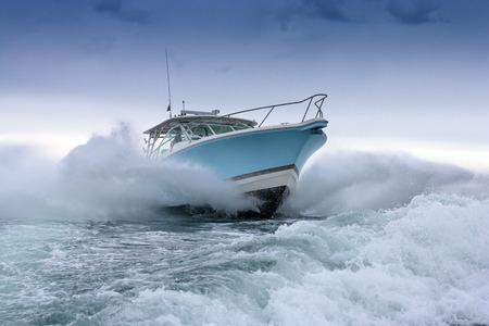 Motorboot springen Standard-Bild - 36107092
