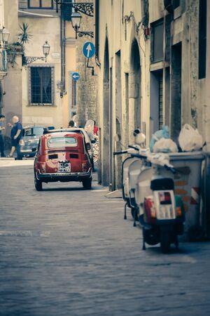 estereotipo: Estrecho callej�n con antiguos edificios en la t�pica ciudad italiana