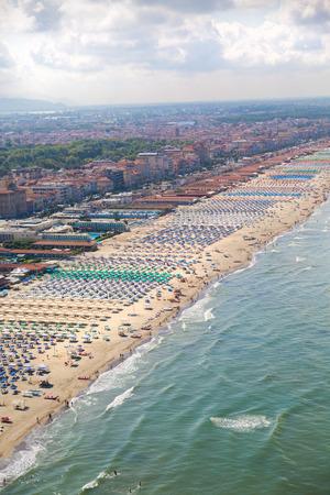 Versilia Strand Blick von oben Standard-Bild - 36522528