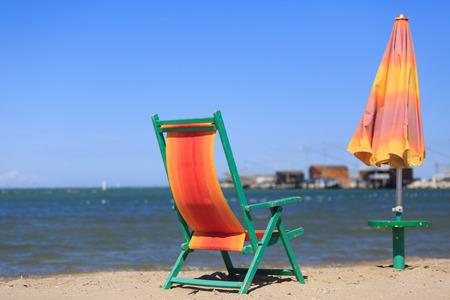 Liegestuhl und Sonnenschirm am Strand Standard-Bild - 36522531