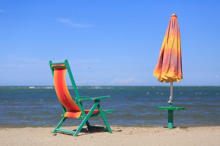 Strand-Stuhl und Regenschirm am Strand Standard-Bild - 36522496