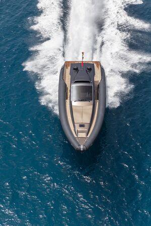 aufblasbares Motorboot in Formentera, navigieren Sie im wunderschönen Meer der Balearen-Inseln Standard-Bild
