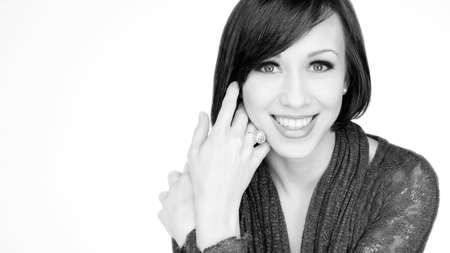 fondo blanco y negro: Retrato negro del blanco de las mujeres de raza cauc�sica sonriente