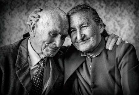 respeto: Un amante, pares mayores hermosos romántica pareja abrazándose amorosa senior de toda la vida. Concepto de jubilación feliz